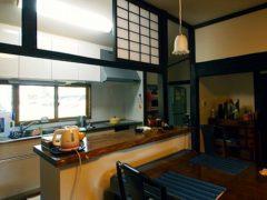 ランマ障子を残したキッチン。手前が後述のポプラの天板