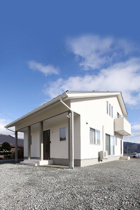 アシンメトリーのダイナミックな屋根
