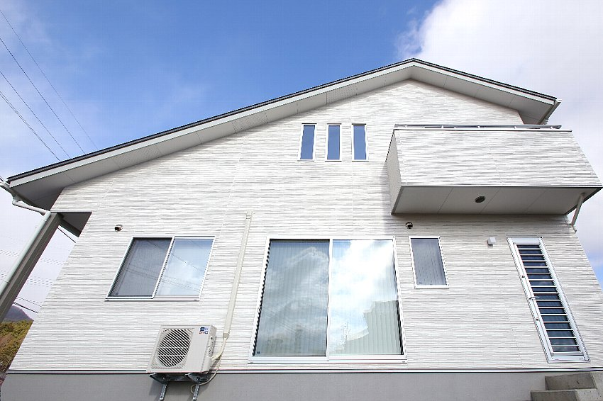 白い外壁が青空に映える