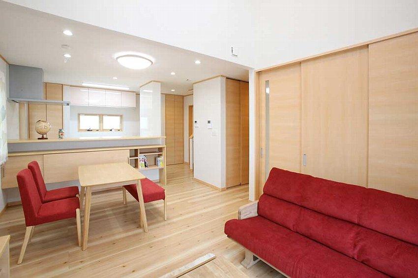 明るい気分にさせる赤系の家具を採用