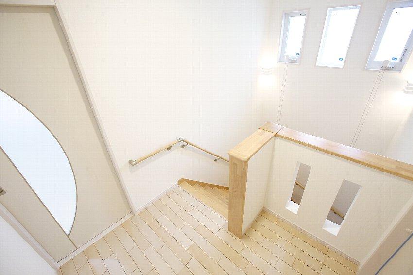 幅広の階段でホールも開放的