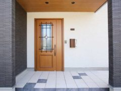 ブルーのタイルが変化を付ける玄関