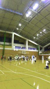 体育館でソフトバレーをする人々
