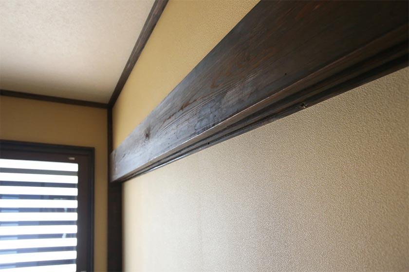 古材(鴨居)を再利用した壁