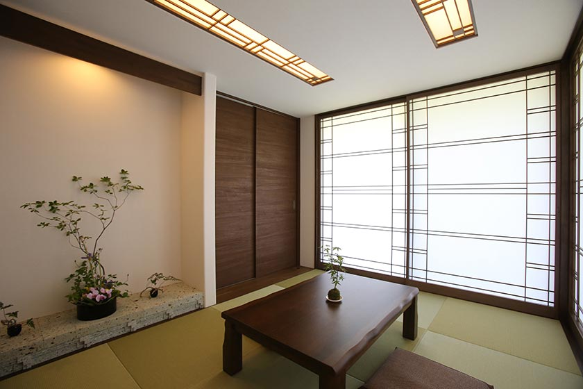 大谷石の床の間とデザイン障子のモダンな和室