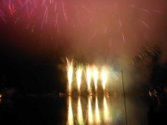 湖上から撮影した花火