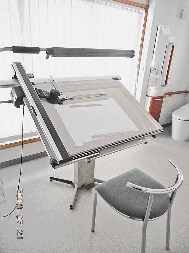 製図台と椅子の画像