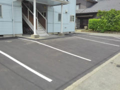 舗装したアパートの駐車場