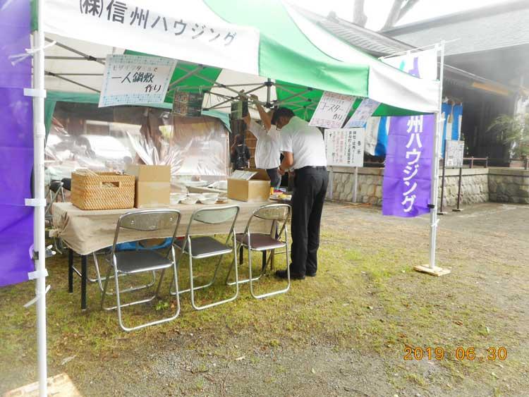 テント内で店開きの準備をする男性